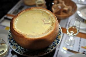 800px-Cheese_fondue_in_bread_04_12
